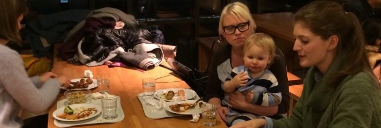 Familie spiser middag i restaurant. Foto.