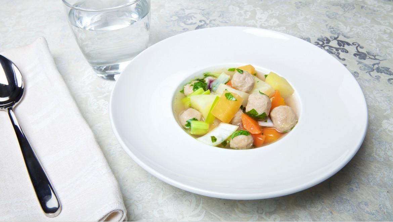 Grønnsaks suppe med kjøttboller
