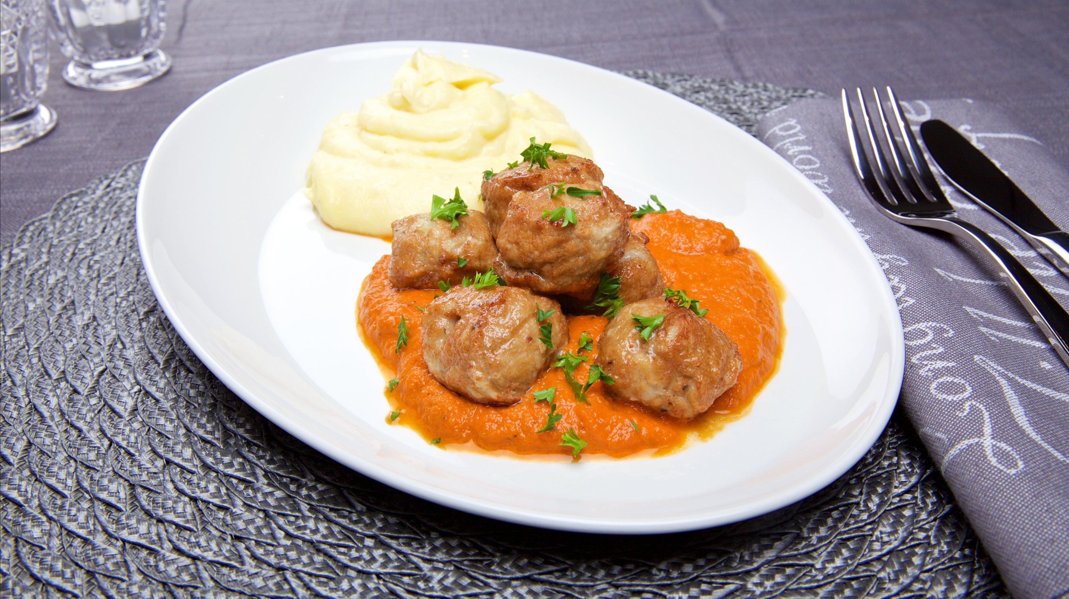 Kyllingboller med tomatsaus. Foto.